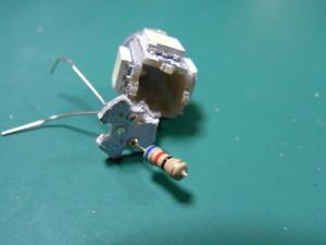 バルブの基板を割る(中に電流制限用の抵抗(62ohm)がありました)
