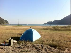 どこぞの海水浴場にてキャンプ