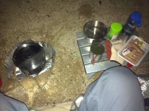 北条オートキャンプ場にて夜食(すっかり暗くなってしまいました)