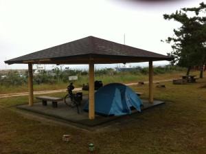 境港公共マリーナキャンプ場にテント設営