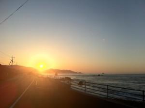 道中の夕陽(まだ到着しないっす)