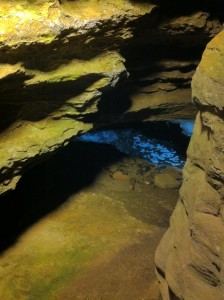 岩の間から綺麗な水が流れ出しています