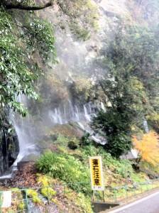 高千穂峡(岩の間から水が湧き出ています)