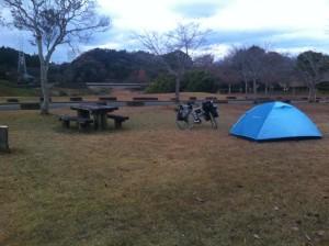 人吉クラフトパーク石野公園キャンプ場でテント設営