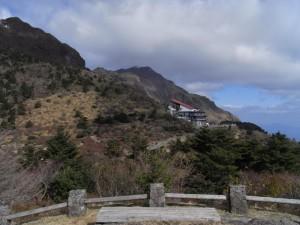 仁田峠のロープウェイ発着場(真ん中の建物。その横から登山道が伸びています)