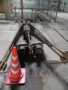 ケージの吊り具(万が一ロープが切れた場合、これが開いてブレーキがかかる仕組み。幸い、動作実績は無しだそうです)