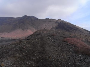 登山道(その1、砂千里を越えるといかにも登山道といった道になってきます)