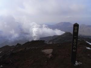 中岳に到着(背後は火山の噴煙)