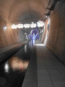 トンネル内(中央を大量の水が流れています)