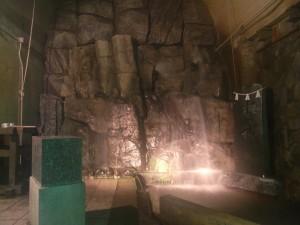岩の間からかなりの水が流れ出しています