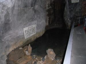 球泉洞 観光順路その2(地下水が流れています)