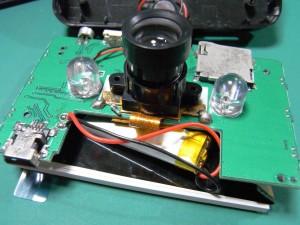 ドライブレコーダの分解(メイン基板の裏側にレンズと夜間用の赤外線LEDがあります)