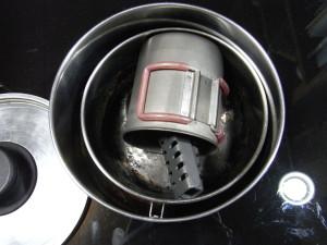 中に鍋(小)、コップと鍋つかみが入る