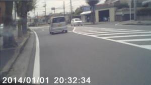 ドライブレコーダーの映像(荒くて前を走る車のナンバーが読めません。2mくらいまで近づけばなんとか見えるかも、というレベル)
