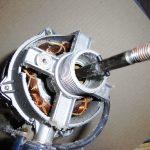 扇風機モーターの綿埃を掃除する